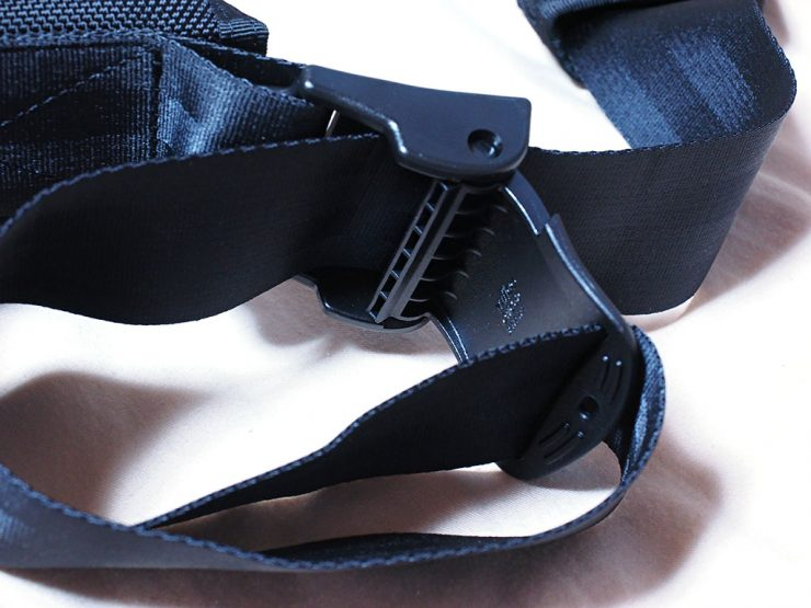 メッセンジャーバッグのベルトの長さを調節