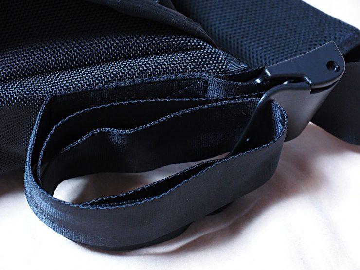 メッセンジャーバッグのベルトの長さを調節し、余ったベルトを収納