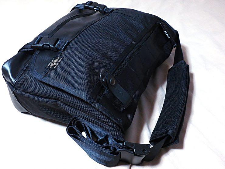 メッセンジャーバッグのベルトの長さを最小に