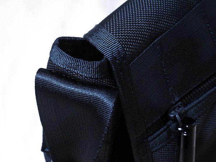 メッセンジャーバッグのフラップを閉じた際、端が開いてしまう
