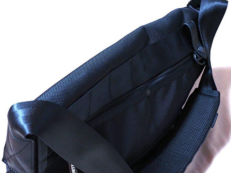 メッセンジャーバッグのベルトを持ち上げると、端の隙間は小さくなる