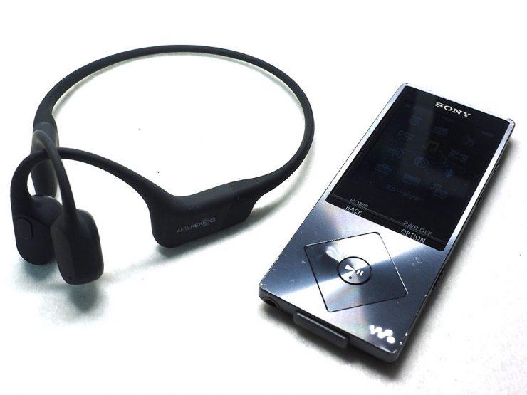 骨伝導ヘッドホンと携帯音楽プレーヤー